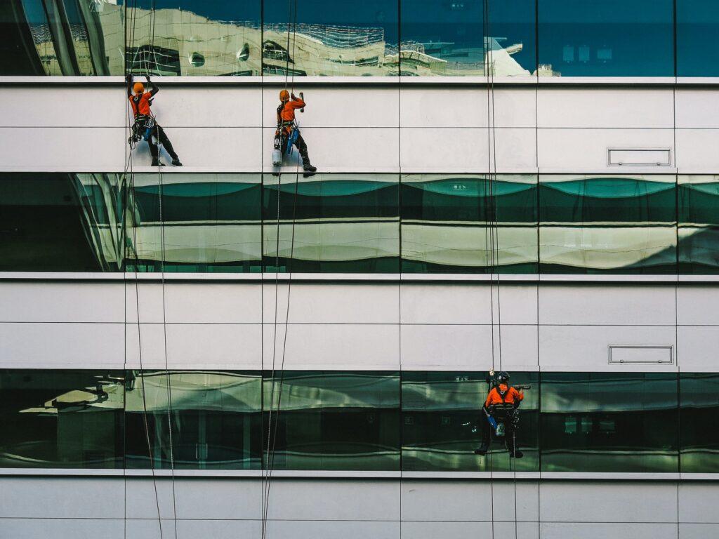 Gebäudereiniger bei der Arbeit
